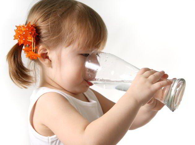 Conoce los beneficios de beber agua en ayunas para la familia
