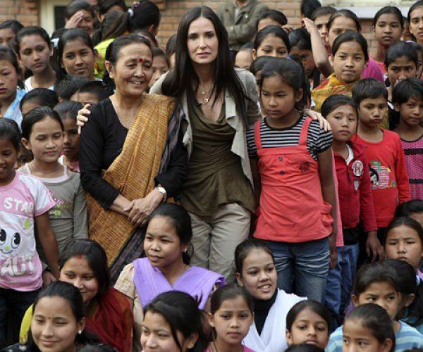 Demi Moore, junto a los niños y Anuradha Koirala_opt
