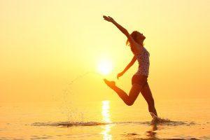 hermandadblanca org 20151029 nora badilla playa atardecer sol mujer saltando alegria pot 300×200.jpg - La salud es un estado de equilibrio - hermandadblanca.org
