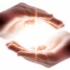 Cómo sentir la energía Luz Divina en las manos