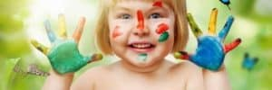 hermandadblanca org niaa con las manos pintadas y mariposas 620×388.jpg - Taller: Mandala de Sanación para Niños con Trastorno de Déficit de Atención (TDHA) y Trastorno del Espectro Autista (TEA) - hermandadblanca.org
