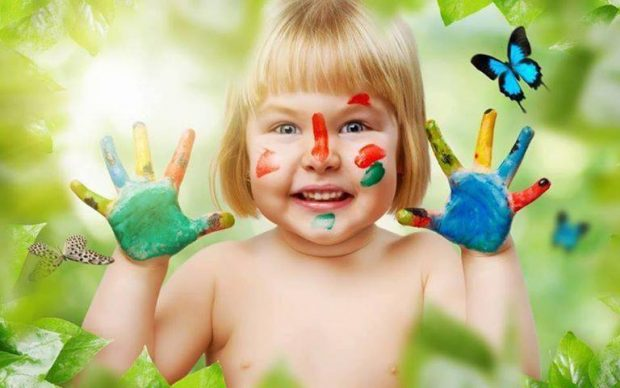 nina-con-las-manos-pintadas-y-mariposas