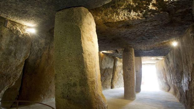 GRA320. ANTEQUERA (MÁLAGA), 21/09/2015.- Vista interior del dólmen de Menga perteneciente al Conjunto Arqueológico Dólmenes de Antequera (Menga, Viera y el Romeral) en Málaga, uno de los que Margaret Gowen, experta del Consejo Internacional de los Monumentos y los Sitios (ICOMOS), órgano consultivo de la Unesco, ha visitado hoy para evaluarlos y determinar si formarán parte de la Lista Representativa del Patrimonio Mundial. EFE/Daniel Pérez