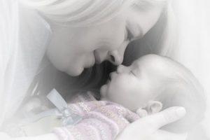 La tierna mirada de una joven Madre