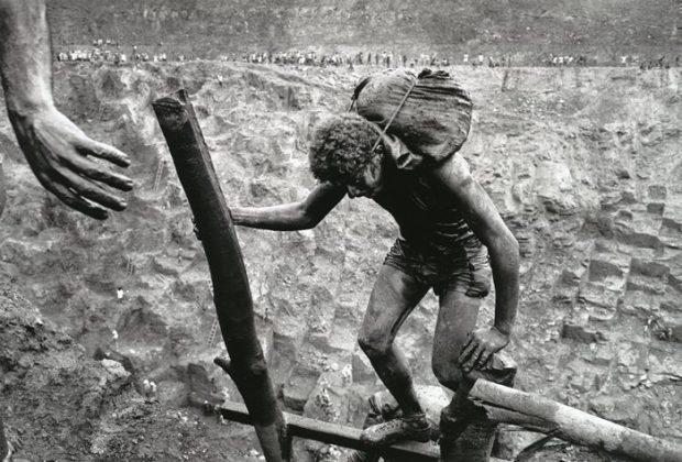 Fotografía de Sebastiao Salgado. Liberarnos de nuestras cargas, ser livianos.