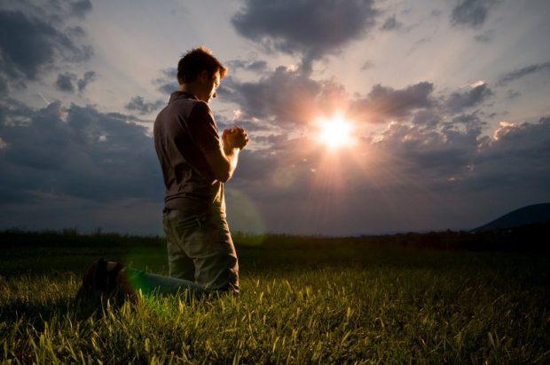 20161217 pilarmktvaz2984773 id119421 retiro espiritual de fin de ano para que man praying - Retiro Espiritual de Fin de Año: ¿Para qué? - hermandadblanca.org