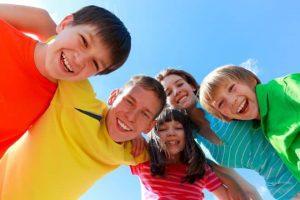 Happy enthusiastic children - Ser feliz. Descubre cómo lograrlo desde el pensamiento filosófico - hermandadblanca.org