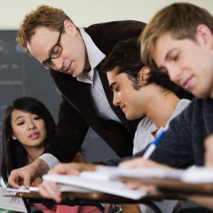Professor Helping Students in Class — Image by © Simon Jarratt/Corbis - Constructivismo Pedagógico. Pensamiento educativo autónomo y creativo. - hermandadblanca.org