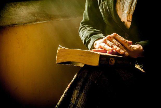 Mujer con libro