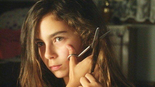 La hermana menor corta su cabello como parte de uno de sus planes de fuga.