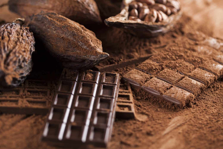 Dark homemade chocolate bars and cocoa pod on wooden - El aroma clave de tu signo solar (segunda parte) - hermandadblanca.org