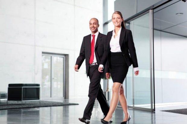 Business Woman in Office Building - Cómo impacta la postura sobre tu autoestima y tu estado de ánimo - hermandadblanca.org