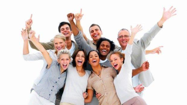 Happy business people laughing against white background - Los cuatro hábitos de las personas felices - hermandadblanca.org