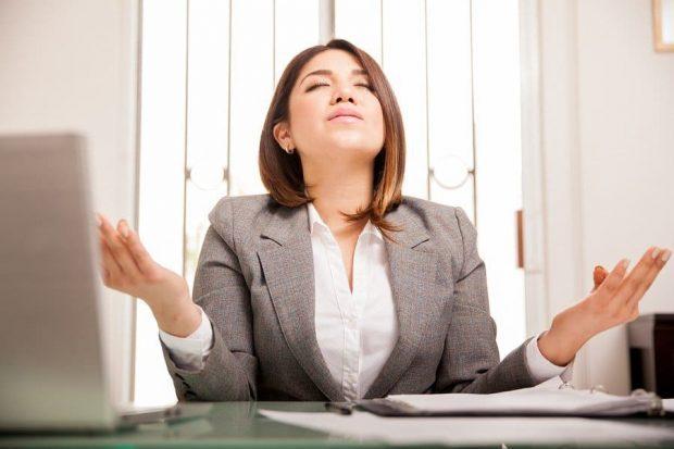 Business Woman Meditating - El autocontrol de la mente y sus ideas - hermandadblanca.org