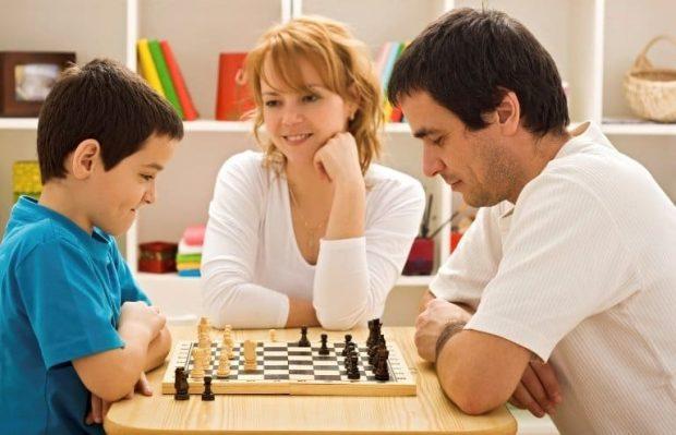 Family playing chess - Unidad familiar. Juegos de mesa para la felicidad. - hermandadblanca.org