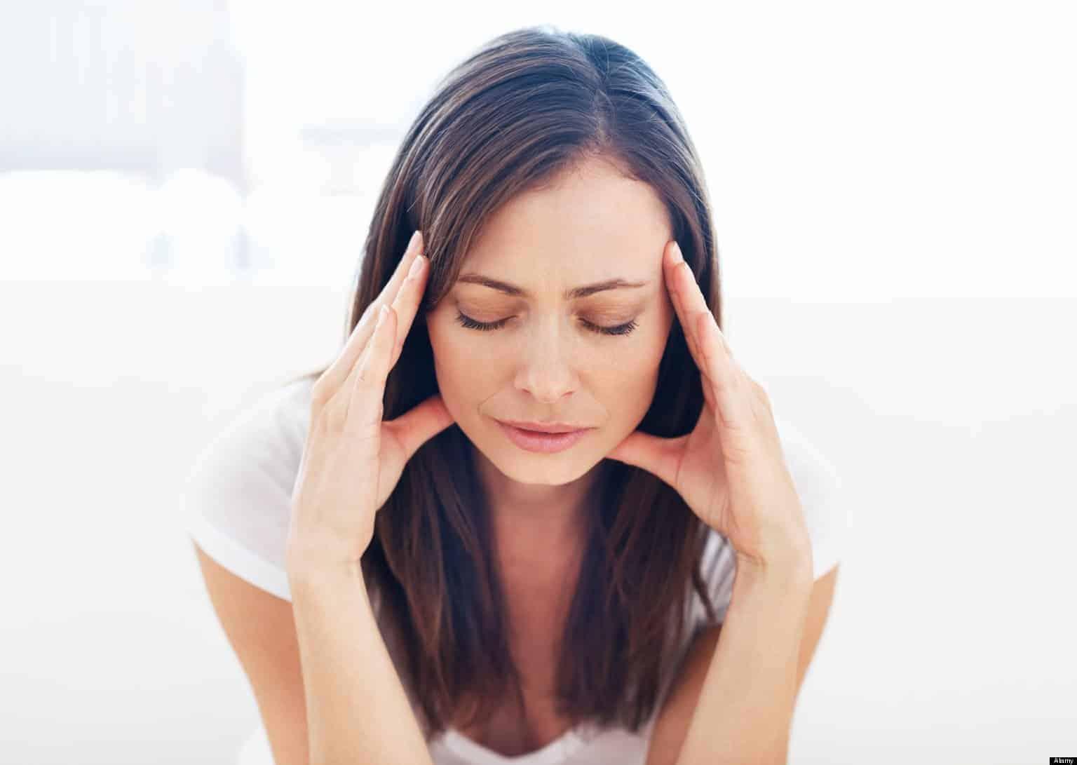 Portrait of stressed woman having head pain - Como lidiar con la ansiedad: 4 pasos para retomar el control - hermandadblanca.org