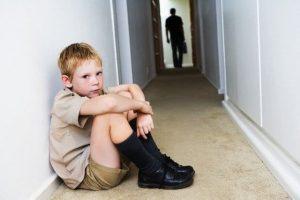 Boy Sitting in Hallway - Superar a un padre tóxico parte I: Crecí con un padre sádico - hermandadblanca.org