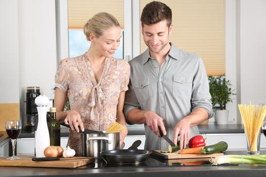 20170928 carolina396 id132995 woman kitchen man everyday life 298926 - Veganismo ¿es muy difícil cambiar a una dieta vegana? 7 consejos para empezar - hermandadblanca.org