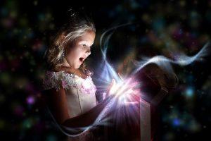 Child opening a magic gift box - ¿Qué es el aquí ahora? Del que tanto se habla. - hermandadblanca.org