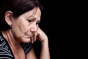 Sad and worried old woman - ¿Qué es el aquí ahora? Del que tanto se habla. - hermandadblanca.org
