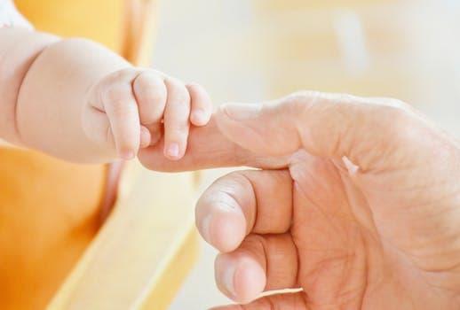20171108 carolina396 id134738 baby hand infant child 451853 - Los celíacos y la biodescodificación - hermandadblanca.org