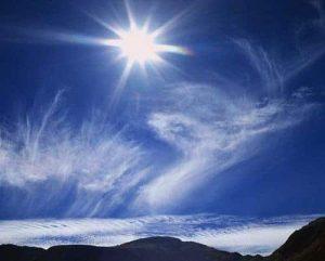Sun and Wispy Clouds Over Mountains - Como distinguir una canalización de luz - hermandadblanca.org