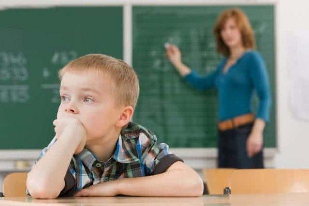 Distracted Student in Classroom - Reconoce los síntomas del trastorno TDAH - hermandadblanca.org