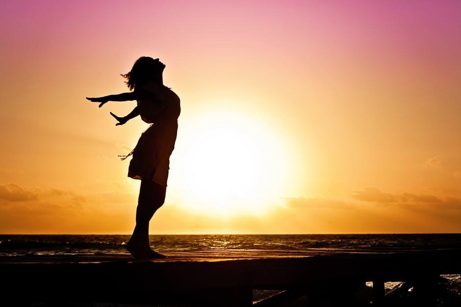 20180109 carolina396 id136910 woman happiness sunrise silhouette 40192 - Madre María: Este va a ser el Año del Despertar - hermandadblanca.org