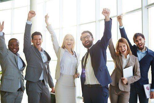 Excited co workers - Tres actitudes que te darán éxito en el trabajo - hermandadblanca.org