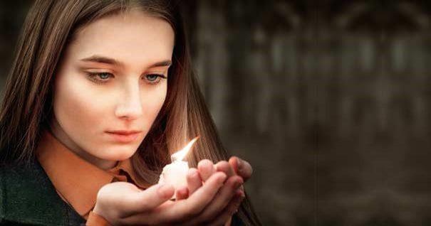 20180220 willyhern39164 id143529 mujer oracion vela encendida mano thumb - ¡Encuentro Personal con Dios! Maravillosa Oración para Hablar con Dios - hermandadblanca.org