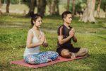 20180220 willyhern39164 id143529 pareja moderna meditando juntos en la naturaleza 23 2147645799 - ¡Encuentro Personal con Dios! Maravillosa Oración para Hablar con Dios - hermandadblanca.org