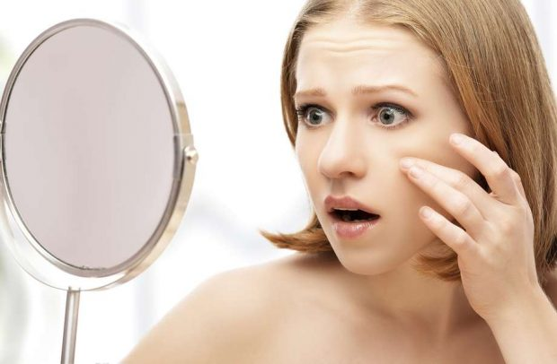 beautiful healthy woman  saw in the mirror acne and wrinkles - hermandadblanca.org