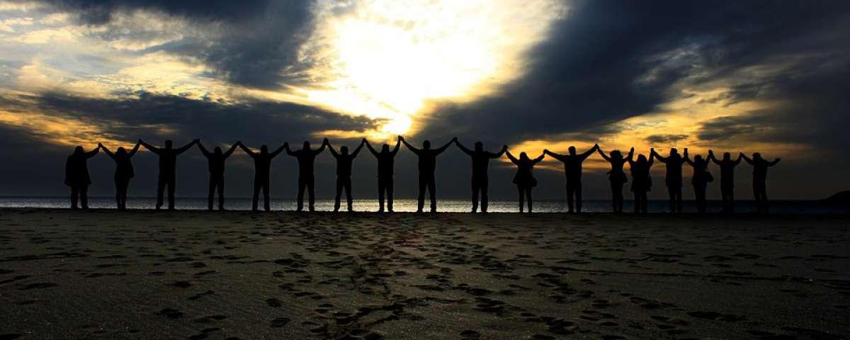 20180308 carolina396 id144519 varias personas dandose la mano en la playa fuente pixabay - Siente Las Vibraciones de la Nueva Tierra, mensaje de Judas Iscariote - hermandadblanca.org