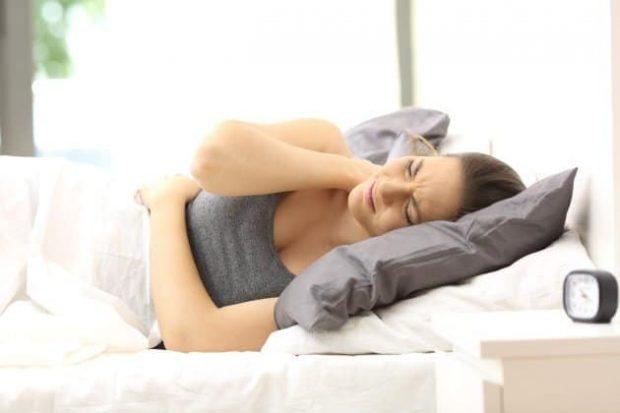Woman suffering neck ache in an uncomfortable bed - hermandadblanca.org