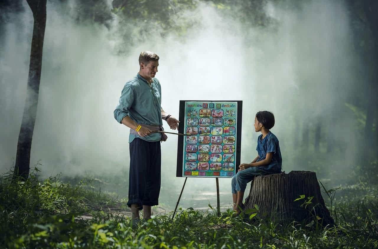 hombre enseñando con humildad a niño