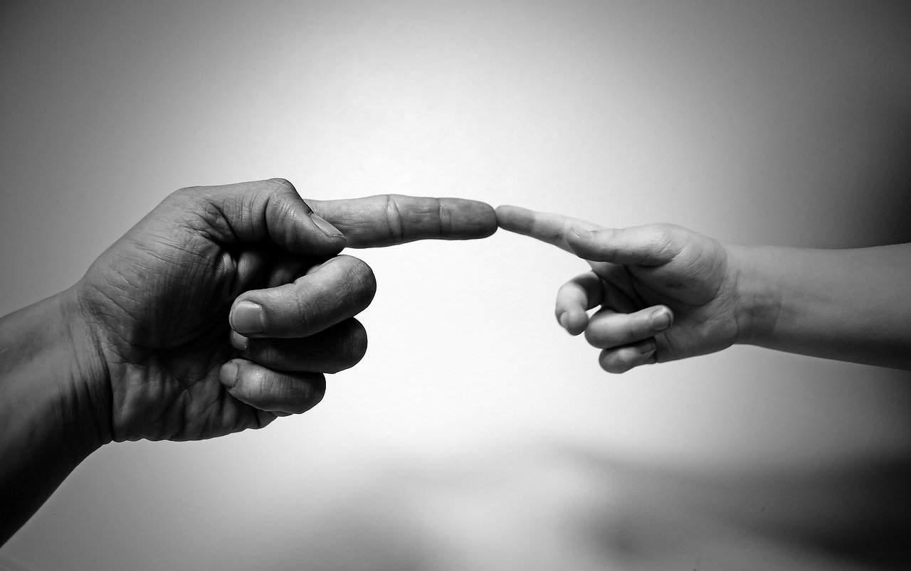 Mano grande y pequeña en contacto con humildad