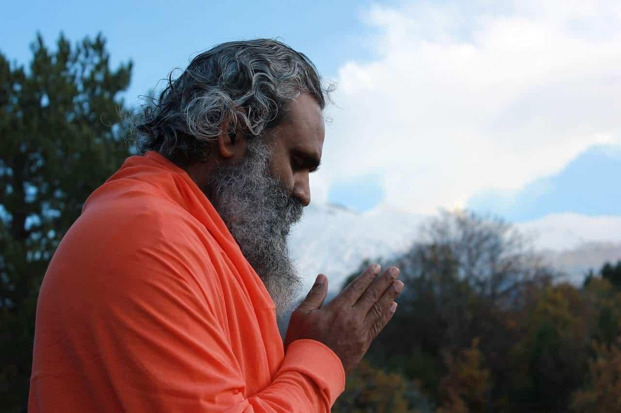 Hombre orando con humildad