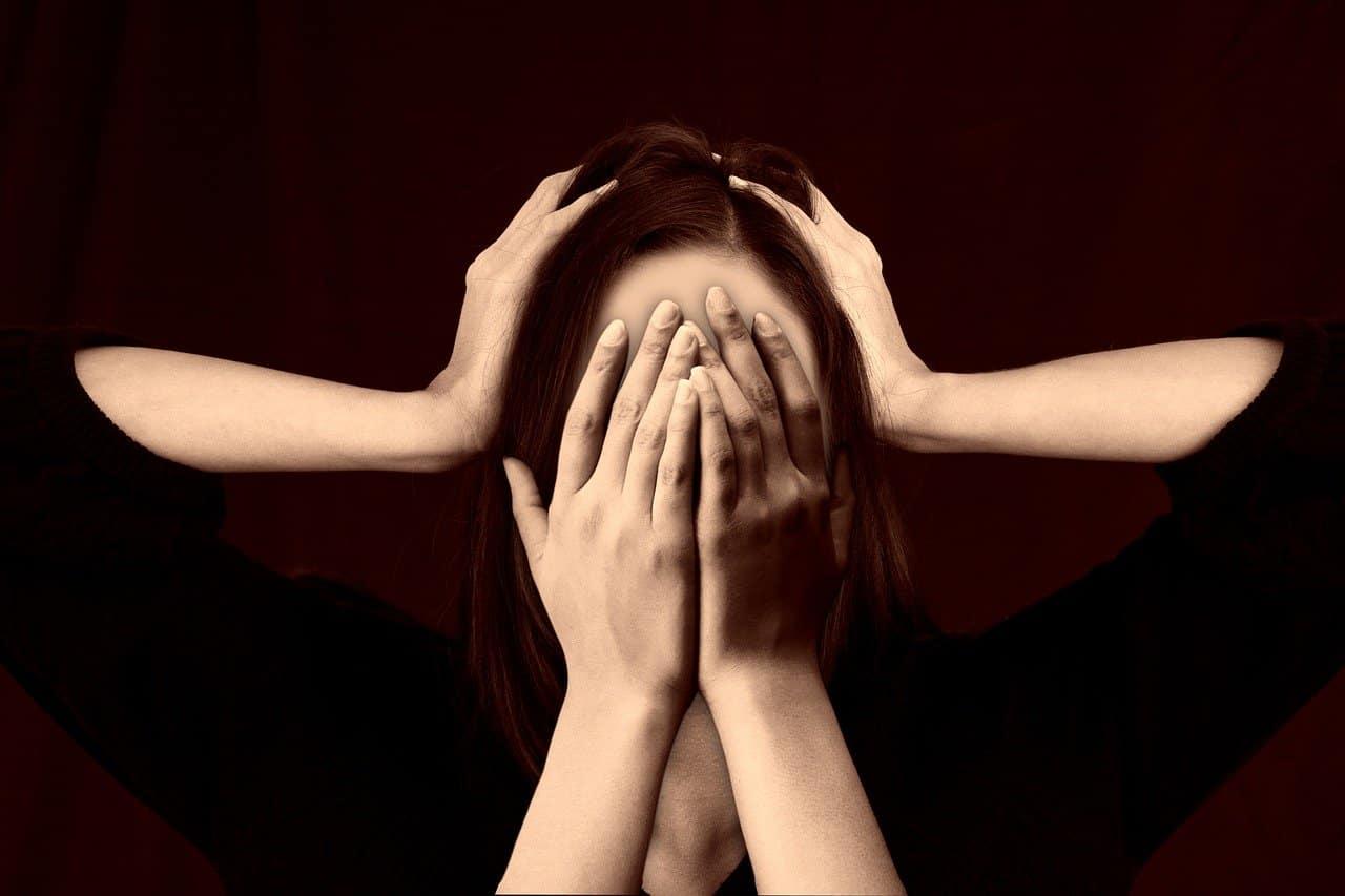 subjetividad mujer tapando sus ojos