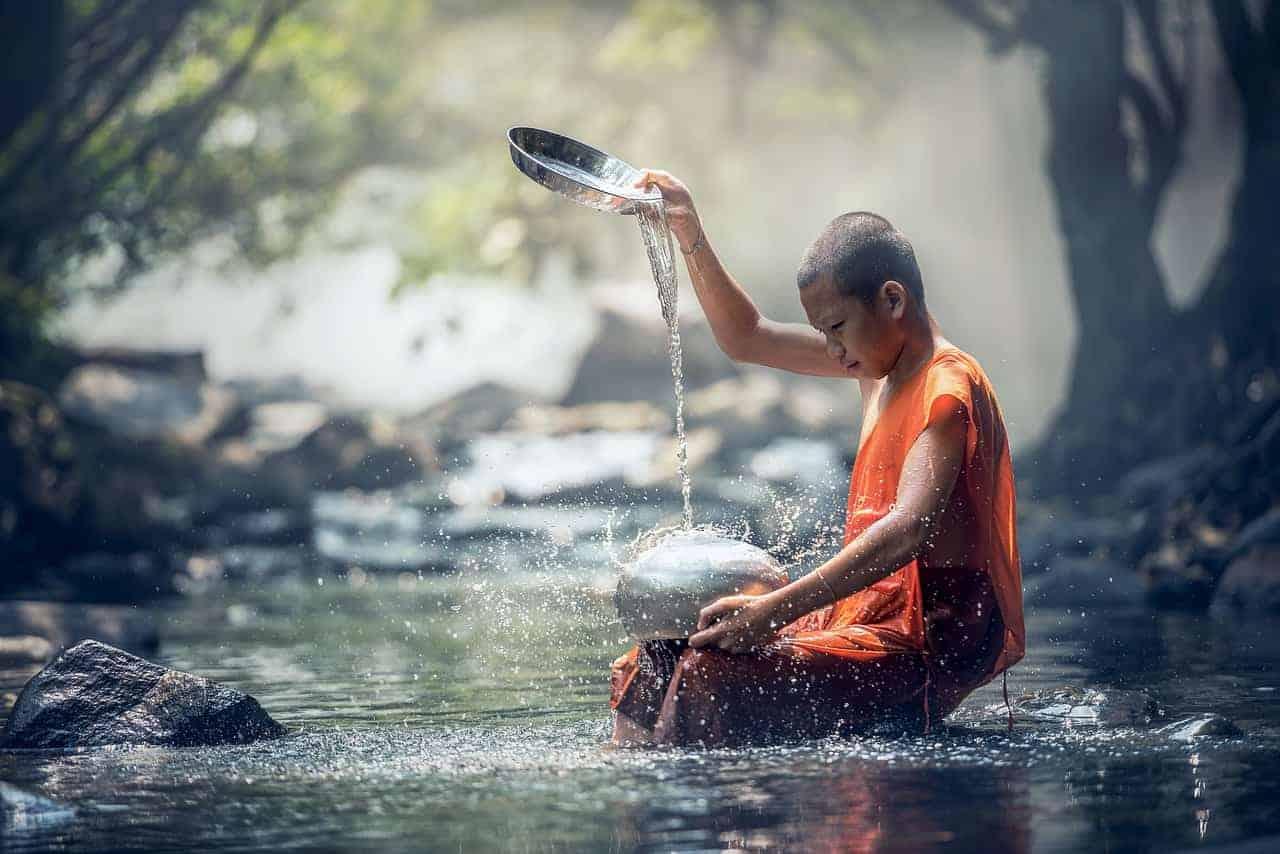 niño en el agua