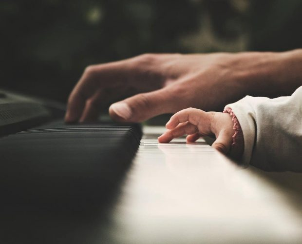 manodebebeymama en el piano en herida primaria del nino interior 2 la herida primaria del niño interior – por roberto pérez – parte ID151055 - hermandadblanca.org