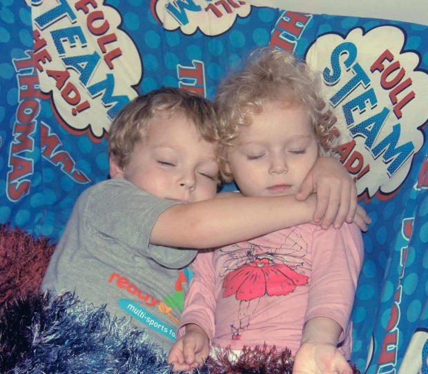 nino abrazando a nina en alma gemela ¿te gustaría conocer una herramienta eficaz para encontrar a tu alma ID152983 - hermandadblanca.org