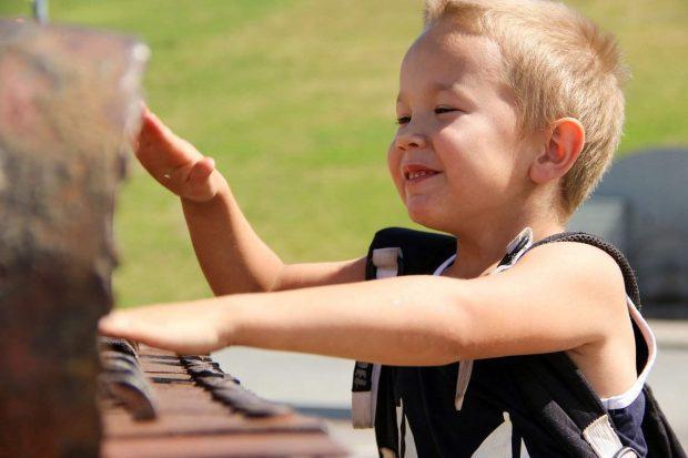 ninofeliz tocando instrumento musical en herida del nino interior 2 la herida primaria del niño interior – por roberto pérez – parte ID151055 - hermandadblanca.org