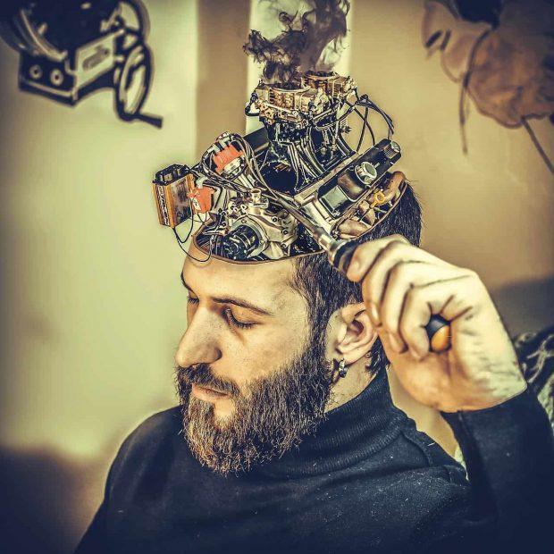 hombre arreglabndo su cerebro en sabias que usamos todo el cerebro y no el 10 por ciento ¿sabías que usamos todo el cerebro y no el 10 % por ciento? ID156995 - hermandadblanca.org