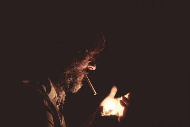 hombre fumando en aspectos masculinos de la psique humana parte 2 aspectos de la mente del hombre – parte 2 ID155277 - hermandadblanca.org