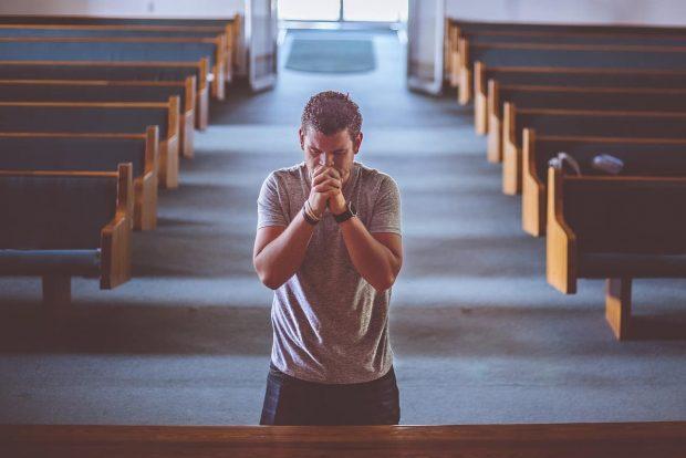 hombre rezando en aspectos masculinos de la psique humana parte 2 aspectos de la mente del hombre – parte 2 ID155277 - hermandadblanca.org