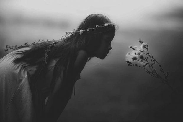 joven nina con flor en aspectos femeninos en la psique humana parte 2 aspectos femeninos de la psique humana – parte 2 ID155269 - hermandadblanca.org