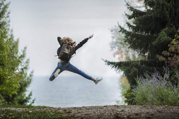 mujer saltando en entusiasmo existencial p1 entusiasmo existencial – parte 1 por roberto pérez – comentado p ID155281 - hermandadblanca.org