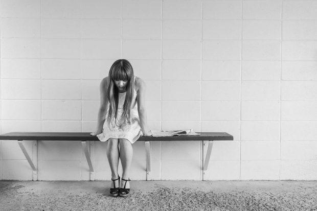 mujer en el subte depresiva–ID157799 - hermandadblanca.org
