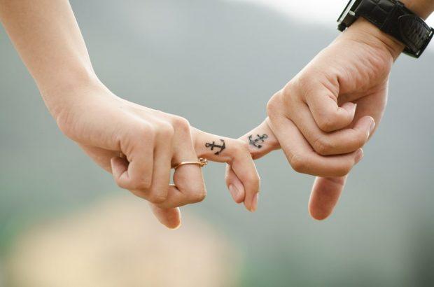 manos de recien casados unidos por dedos en claves para un matrimonio feliz claves para un matrimonio feliz. ID167085 - hermandadblanca.org