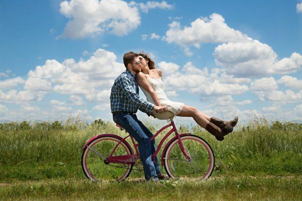 pareja feliz andando en bicicleta en claves para un matrimonio feliz claves para un matrimonio feliz. ID167085 - hermandadblanca.org